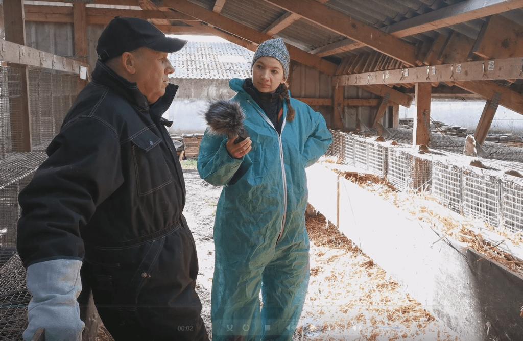 Projektmedarbejder Maria Juul Svalling fra Det Grønne Museum interviewer minkavler Erik Vammen. Foto: DGM